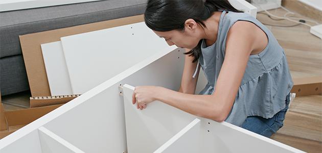 Billede af kvinde, der samler et køkken