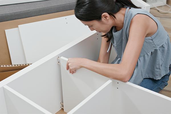Billede af en kvinde, der samler køkkenelementer